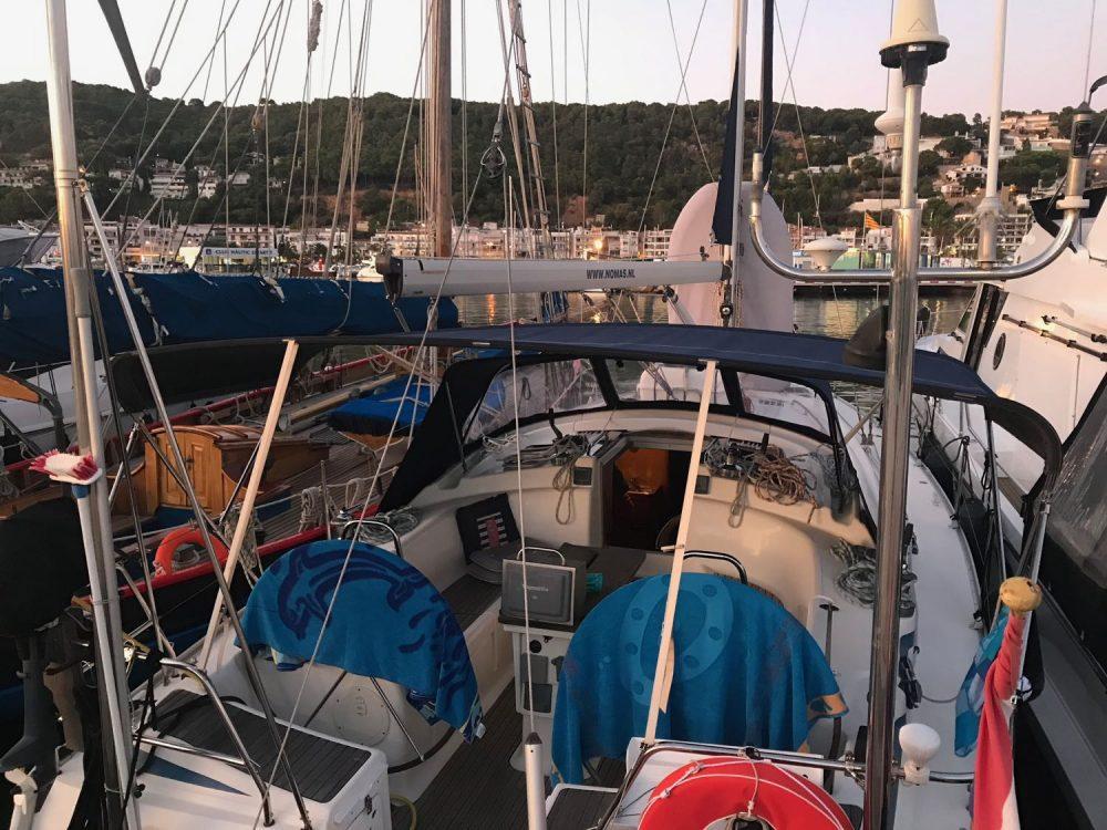 In de marina van Estartit blazen we de saildrive door.